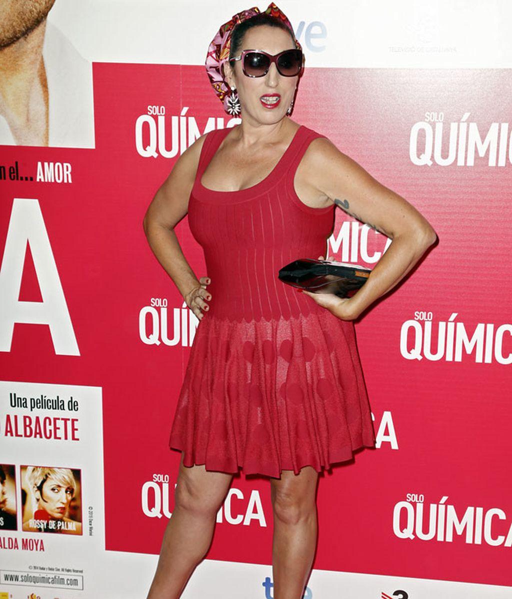 Rossy de Palma posó con gafas de sol incluidas y un veraniego vestido rojo