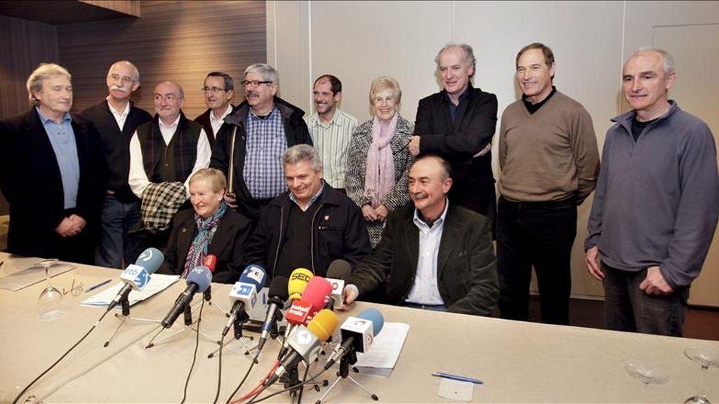 De pie, de izq. a dcha., José Ramón Castaños; Xabier Zubizarreta; Kepa Landa; Iñaki Zarraoa; Jesús Uzkudun; Paul Rios; Maixus Rekalde; Martxelo Otamendi; Xabier Goirigolzarri y Mitxel Sarasketa; sentados, de izq. a dcha., Kontxita Beitia; César Arrondo y Xabier Oleaga, durante la rueda de prensa en la que explicaron la convocatoria de una manifestación para reclamar la legalización del nuevo partido de la izquierda abertzale, Sortu. EFE