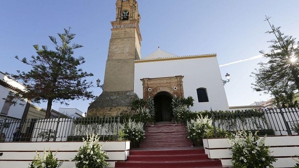 Así de engalanda amanecía la Iglesia de Nuestra Señora de la Asunción de Mairena de Alcor