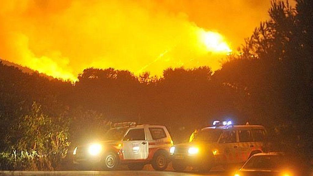 Un incendio en Cartagena obliga a desalojar a numerosos vecinos.
