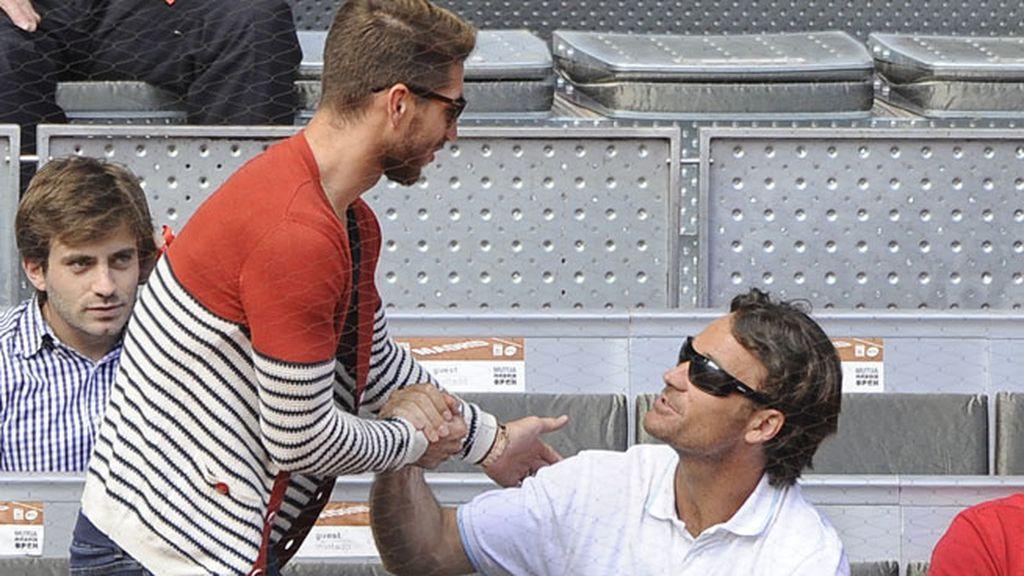 Apretones de manos entre Sergio Ramos y Carlos Moyá