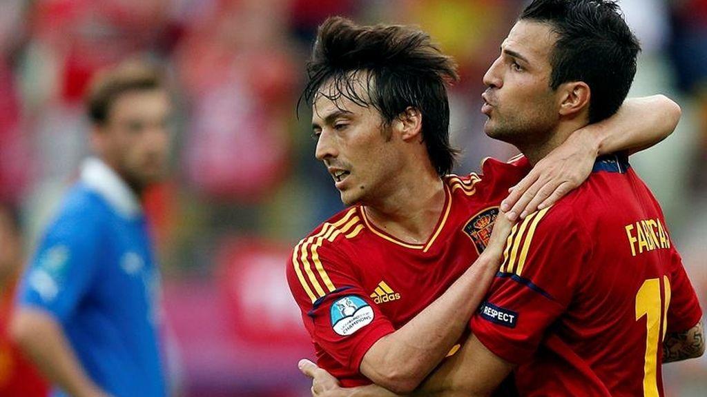 Fábregas celebra su gol con Silva