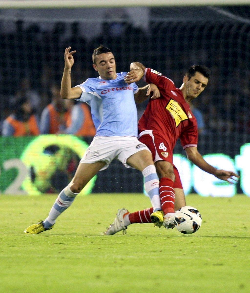 El delantero del Celta de Vigo Iago Aspas pugna un balón con el bosnio Emir Spahic, del Sevilla CF, durante el partido correspondiente a la séptima jornada de Liga