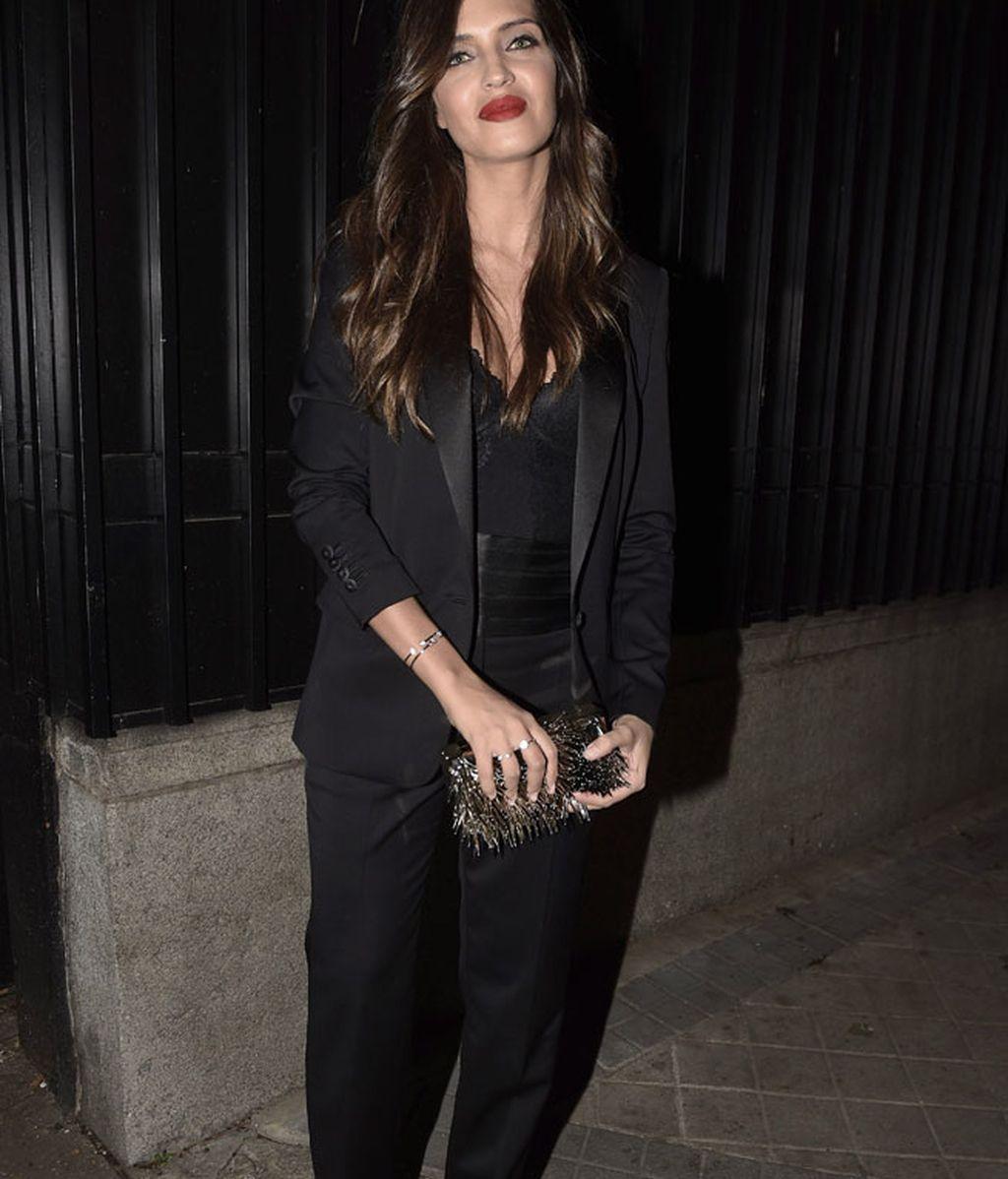 Sara Carbonero eligió un look total black de chaqueta y pantalón masculino
