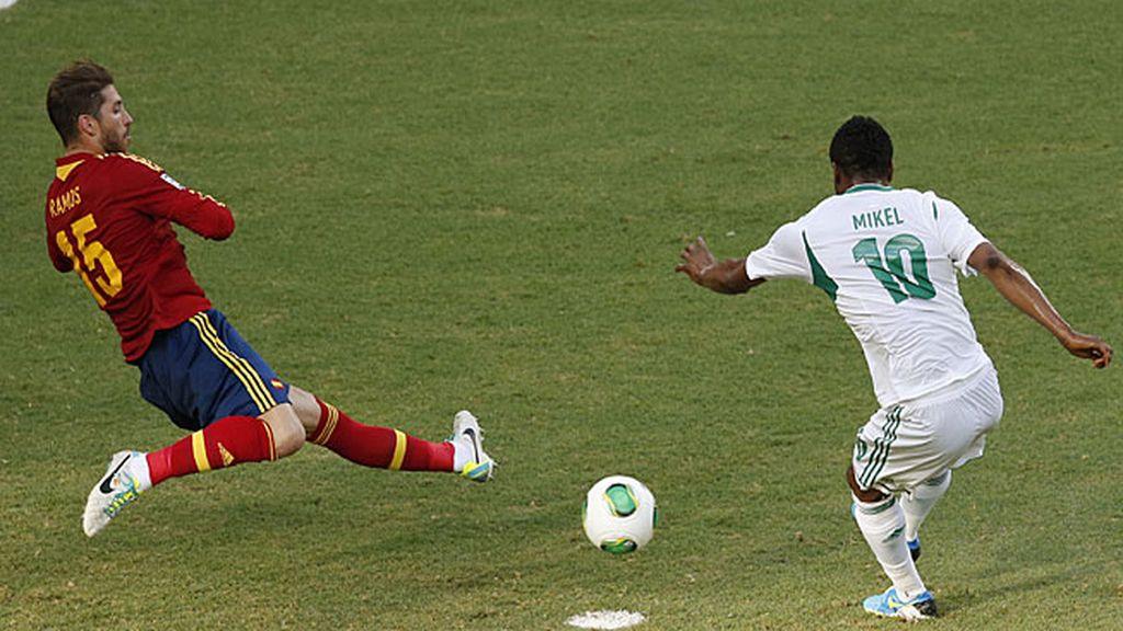 Sergio Ramos intenta cortar un lanzamiento de Obi Mikel