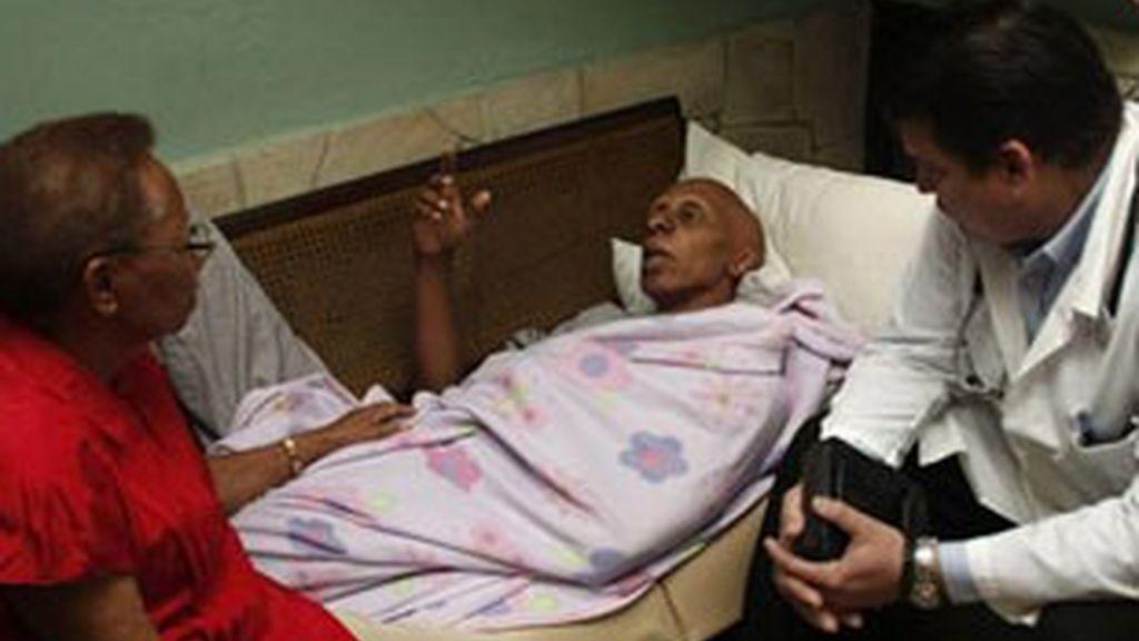 El disidente cubano Guillermo Fariñas, junto al doctor Yoel García y su madre Alicia Hernández . Foto: EFE