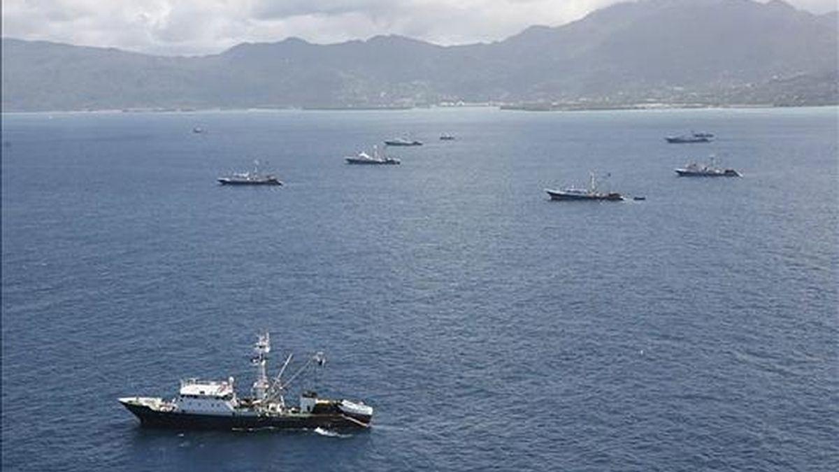 Varios barcos atuneros faenando en aguas del Océano Índico. EFE/Archivo