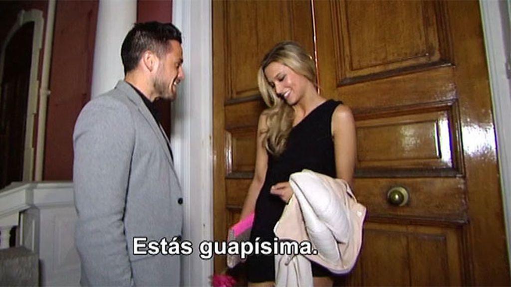 El 'guapo' le entrega una carta de amor a Corina