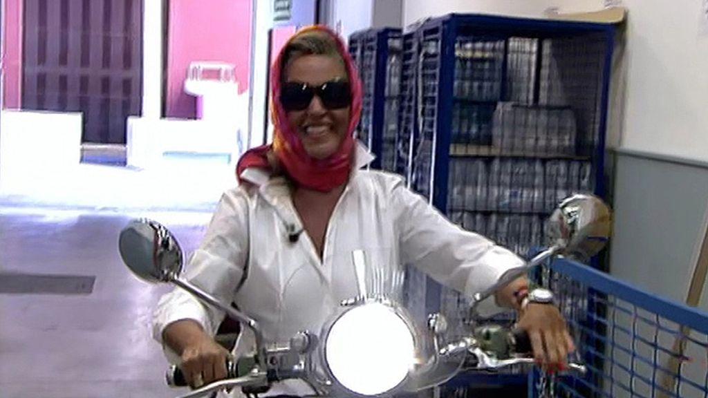 Cubierta con un pañuelo y sobre dos ruedas, la colaboradora vuelve de vacaciones