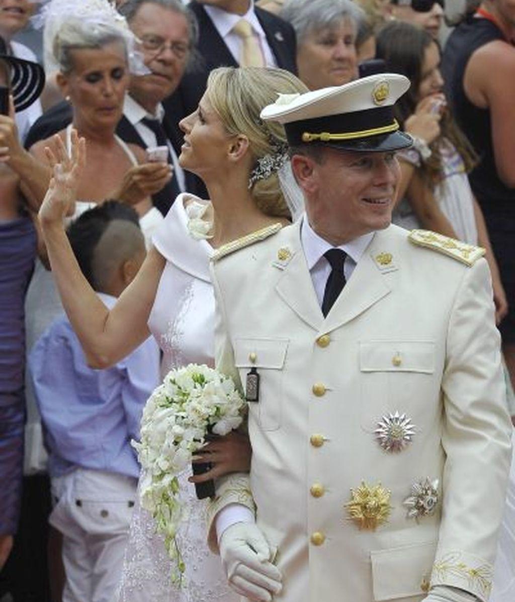 Los recién casados saludan al público en la alfombra roja