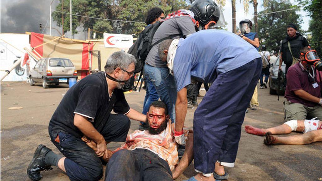 Los manifestantes ayudan a los heridos
