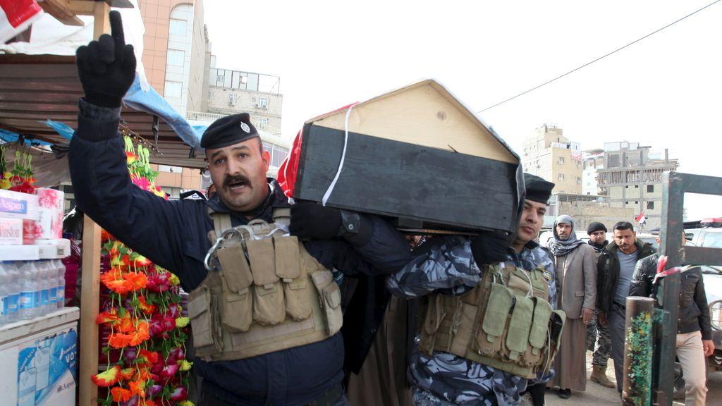 Dos militares llevan en hombros un atáud en la recién liberada Ramadi