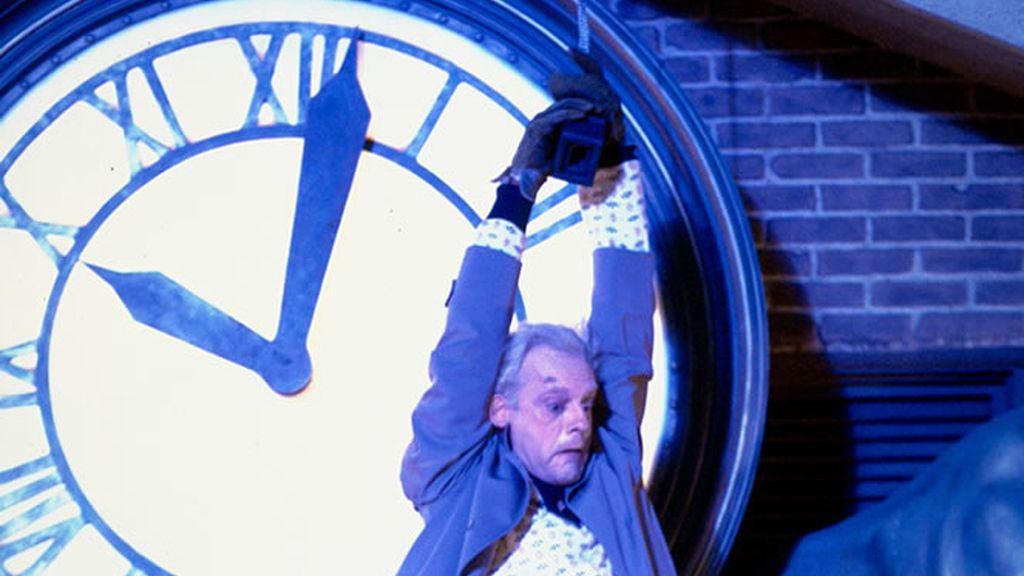 Doc colgado del reloj en regreso al futuro