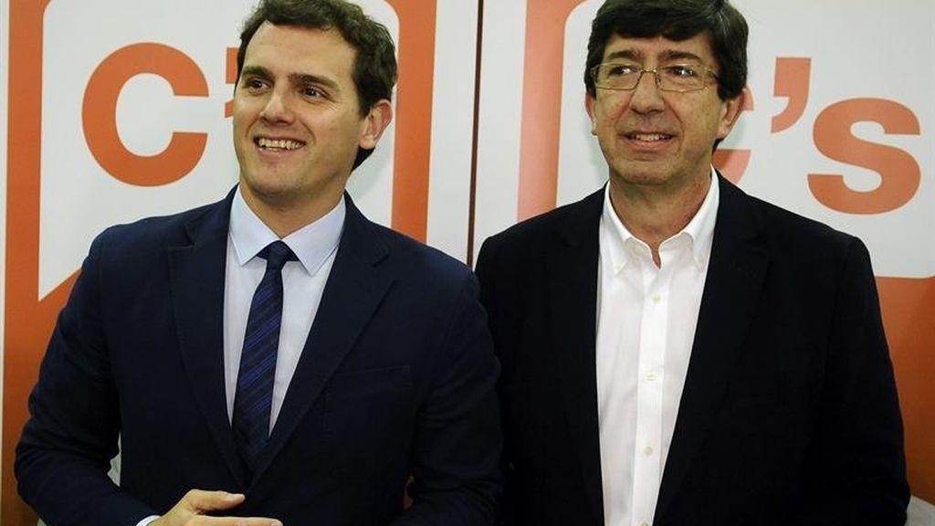 Rivera posa con Marín en el acto de cierre de campaña en Sevilla