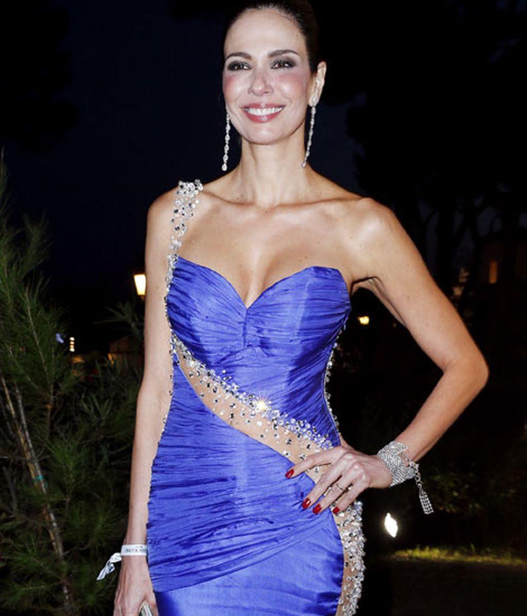 Luciana Giménez, combinó la pedrería en un elegante vestido azul eléctrico