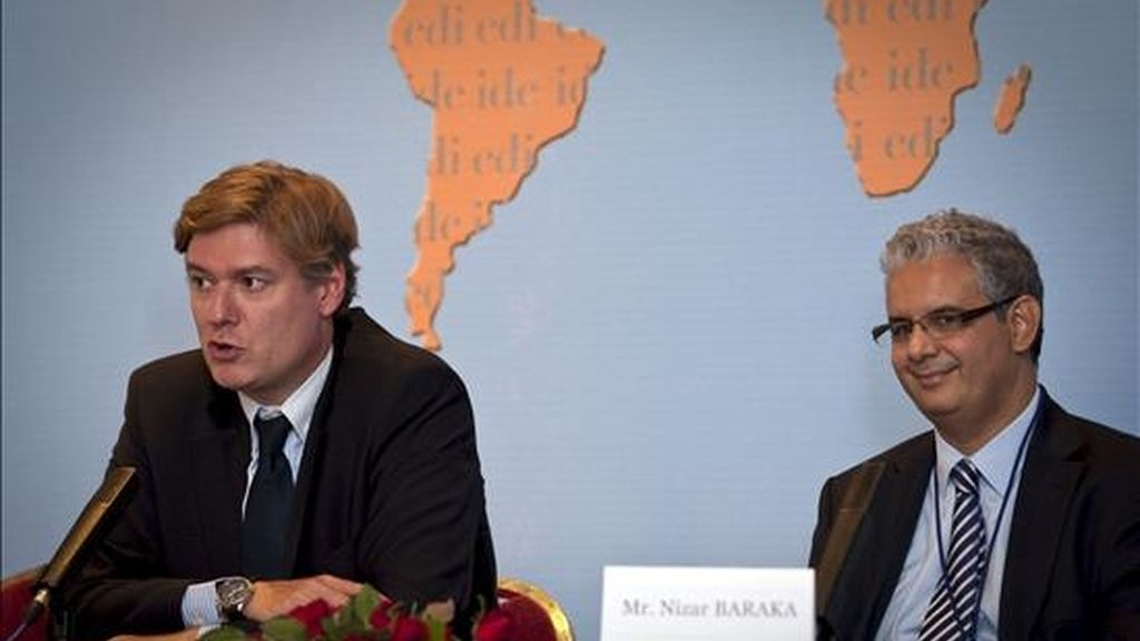 El secretario general del Partido Popular Europeo, Antonio López-Istúriz (i), junto al ministro marroquí de Asuntos Económicos y Generales, Nizar Baraka (d), durante la rueda de prensa ofrecida tras la sesión plenaria de la reunión de dirigentes de la Internacional Demócrata de Centro (IDC) que reúne a partidos de centro-derecha de todo el mundo en Marraquech (sur de Marruecos). EFE