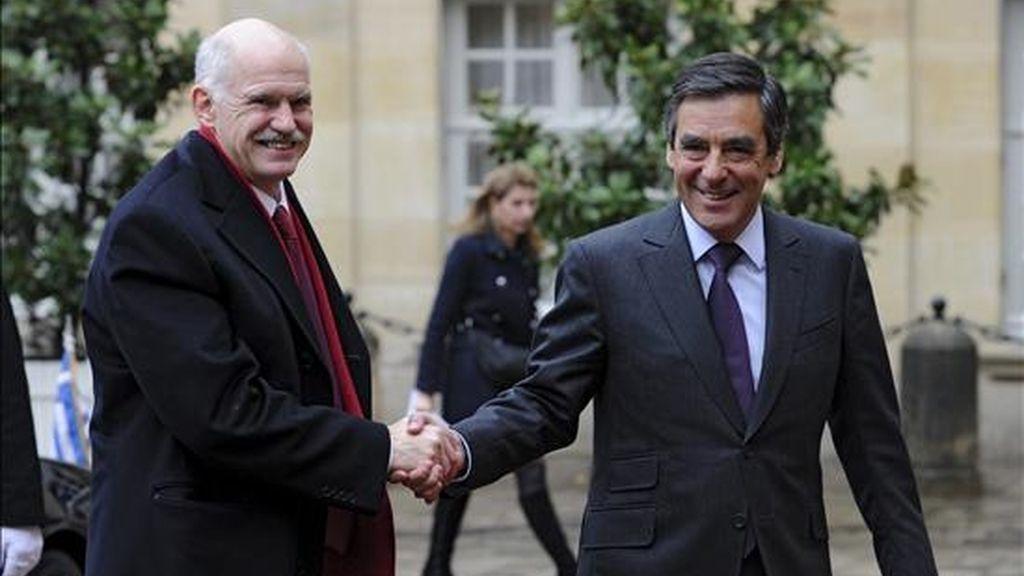 El primer ministro francés, Francois Fillon (d), estrecha la mano de su homólogo griego, George Papandreou, a su llegada al almuerzo oficial que celebraron en la residencia Matignon en París (Francia). EFE