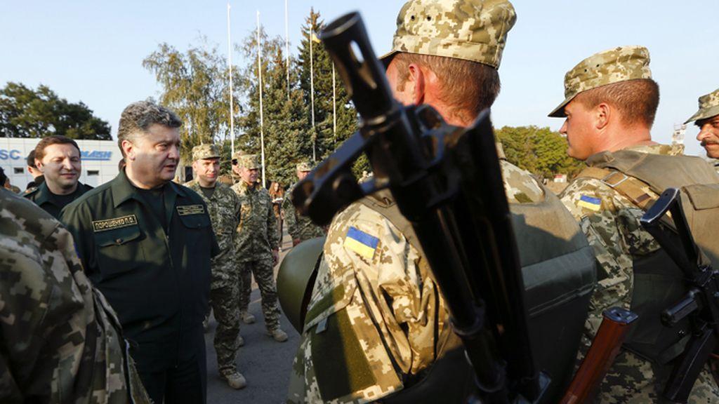 Poroshenko visita a sus tropas en Mariúpol