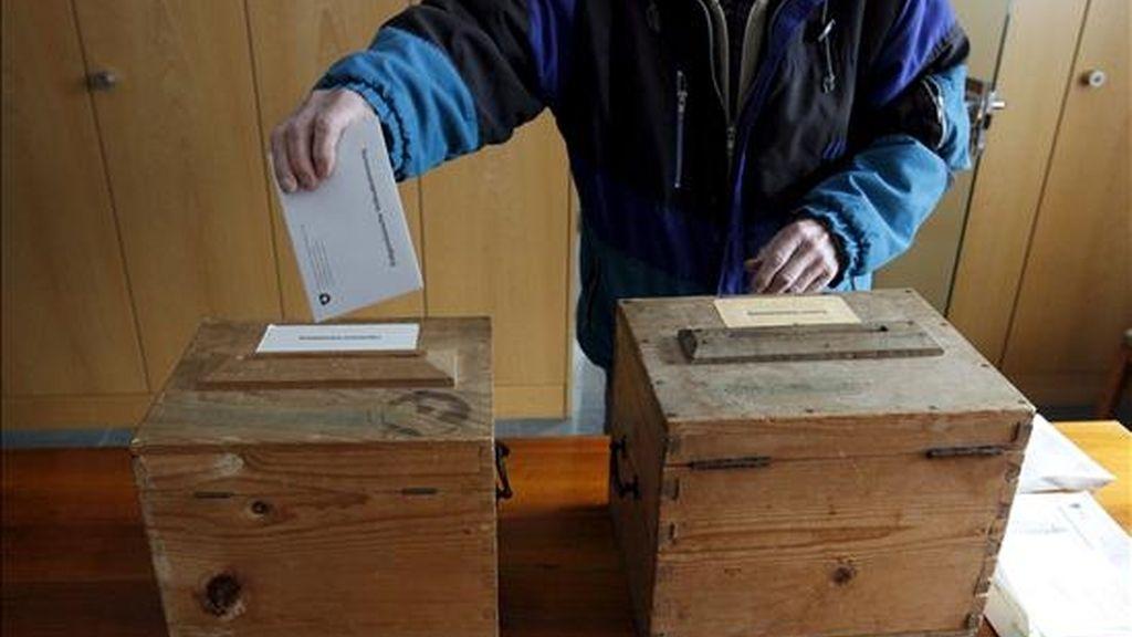 Un hombre suizo vota hoy en un referéndum sobre una iniciativa que pretende establecer la expulsión automática de los extranjeros que hayan cometido delitos graves en Bauen, Suiza. EFE