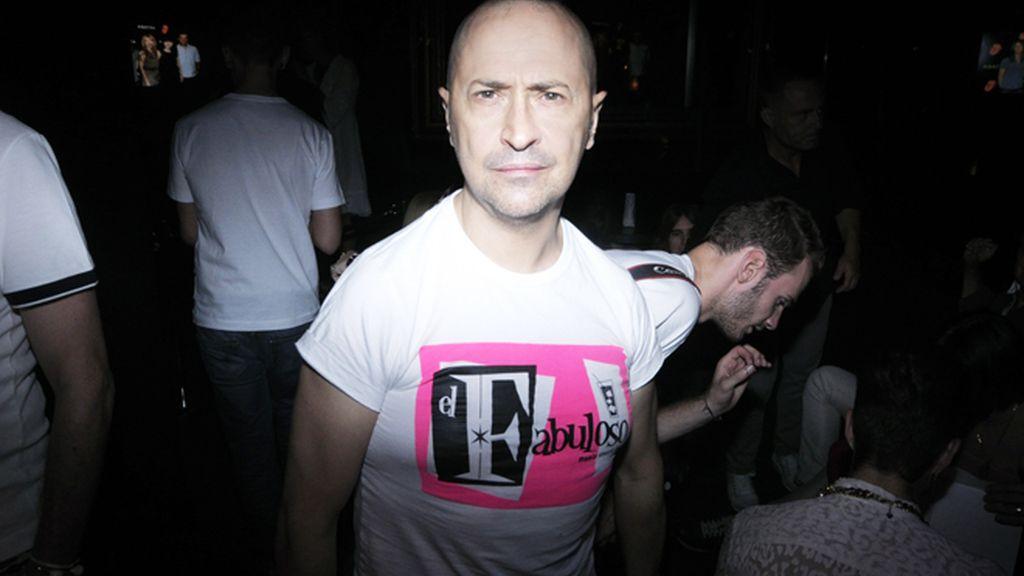 Pedro Munster, con una camiseta del club de su amiga Silva Superstar.