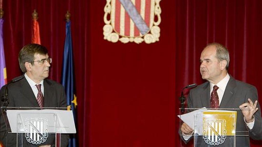 El vicepresidente tercero y ministro de Política Territorial, Manuel Chaves (d) y el jefe del ejecutico balear, Francesc Antich, durante la rueda de prensa que han ofrecido tras el encuentro que ambos han mantenido en el Consulado del Mar de Palma de Mallorca. EFE