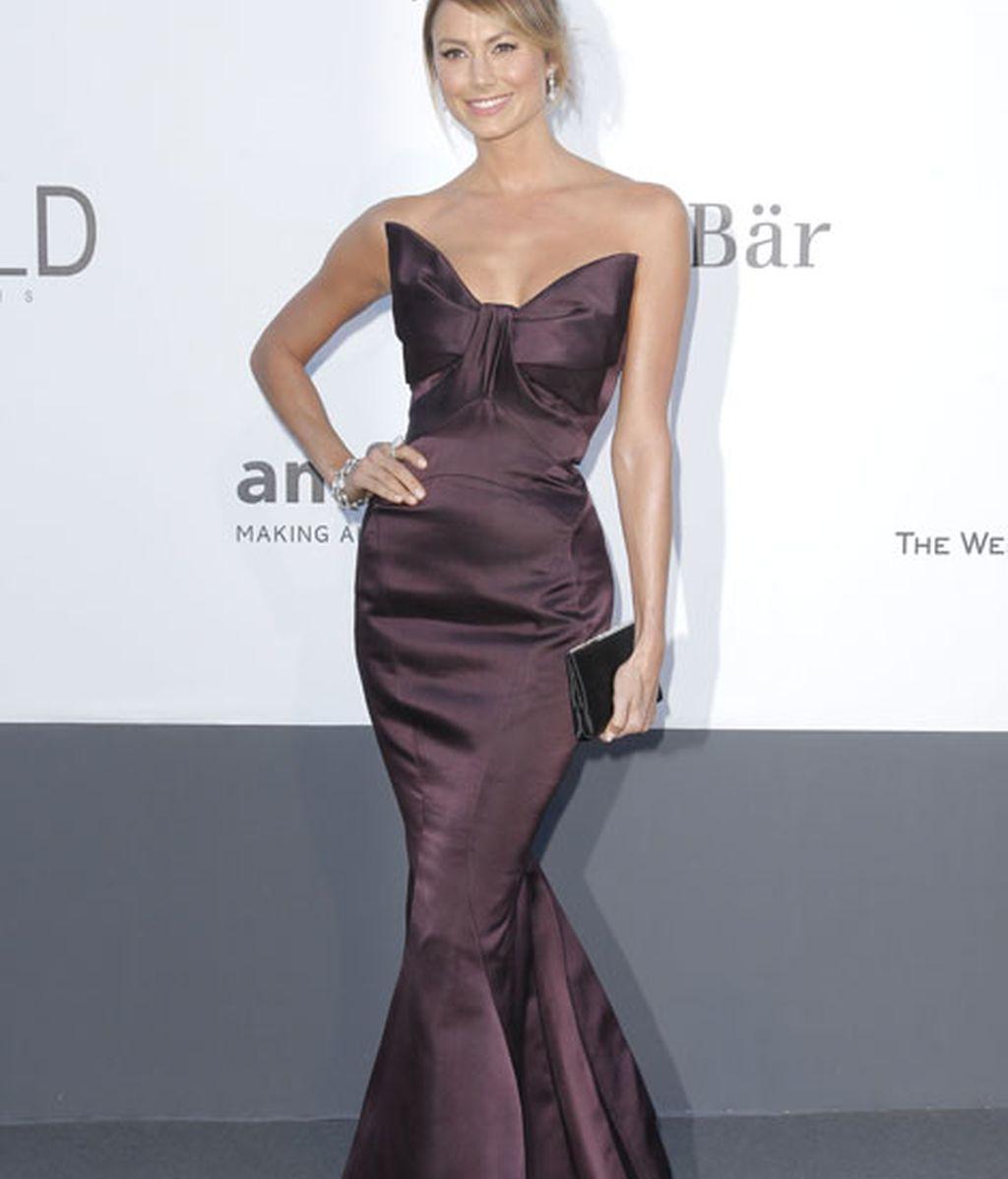 Stacy Keibler radiante con un vestido de Zac Posen en color vino