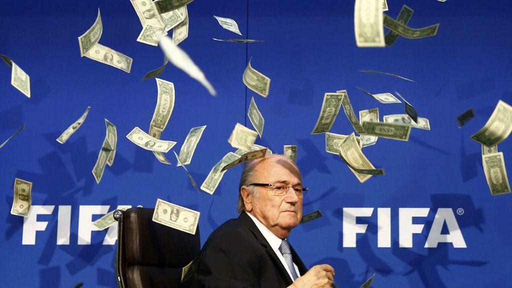 El escándalo de la FIFA: Blatter recibido con un baño de dólares falsos