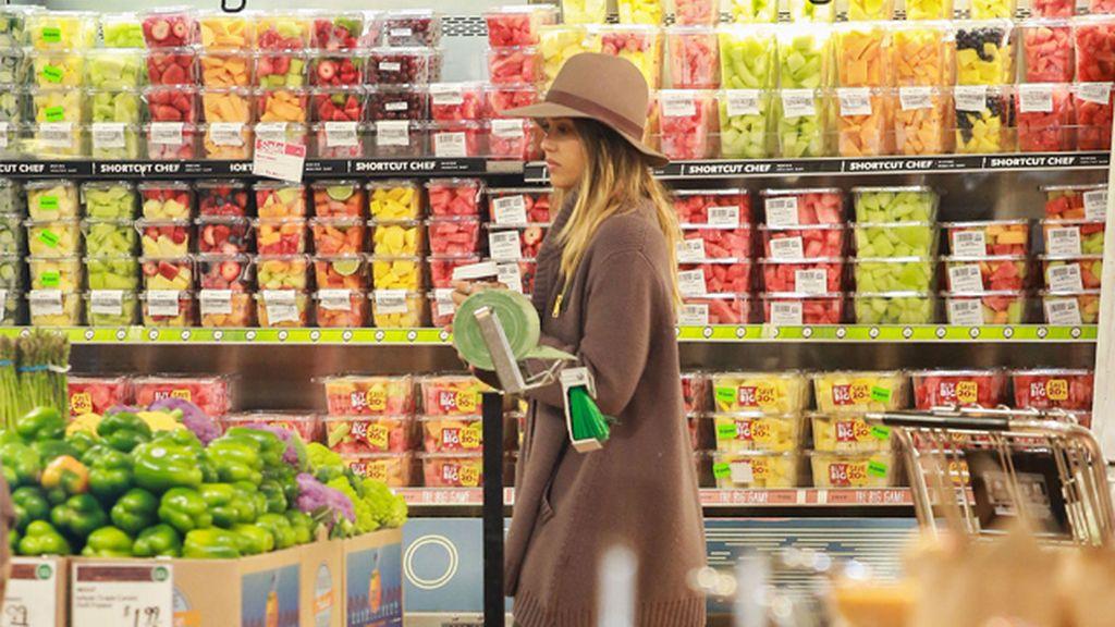 Jessica Alba paseando por los pasillos de un supermercado
