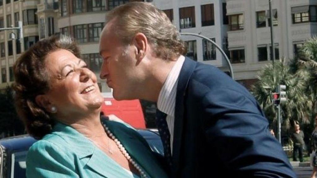 Rita Barberá esquiva un beso de Alberto Fabra