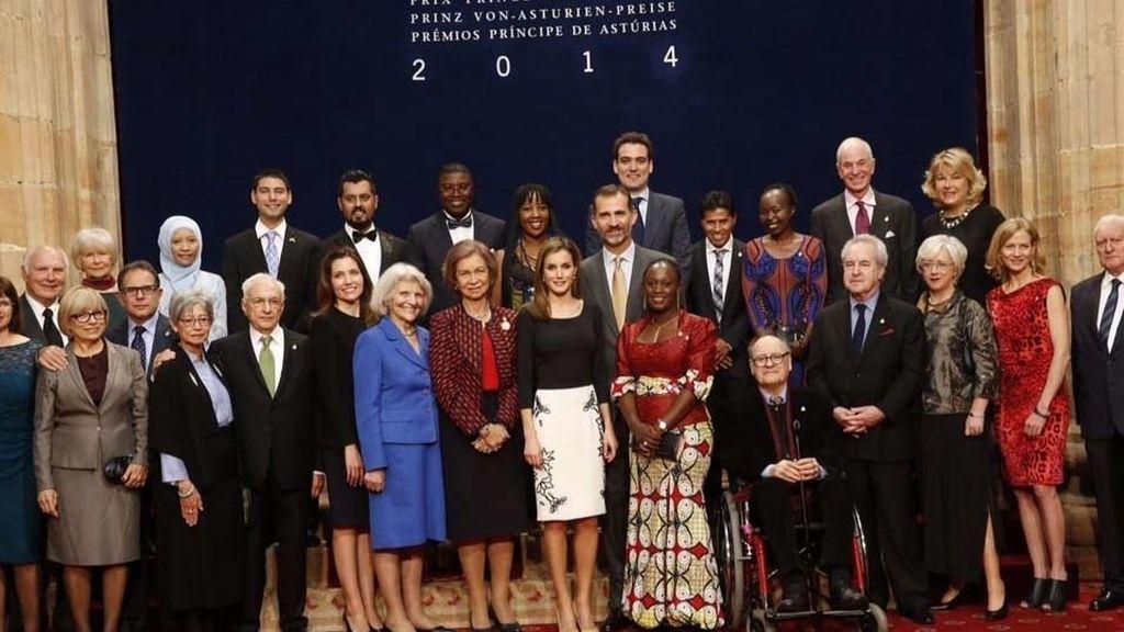 Los reyes con los galardonados de los Premios Príncipe de Asturias 2014