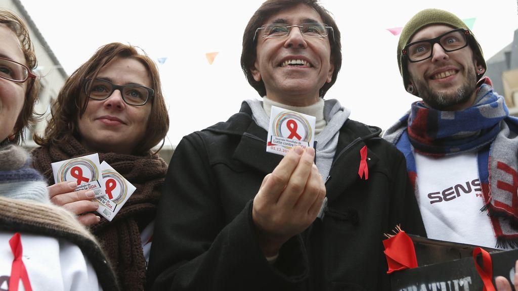 El primer ministro de Bélgica posa con condones