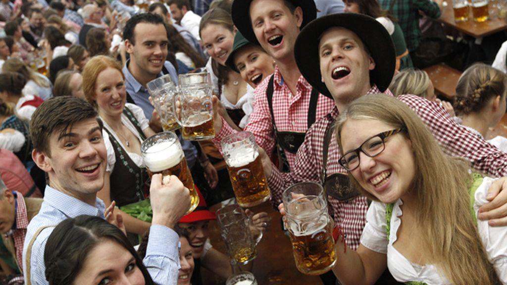Jóvenes alemanes bebiendo cerveza