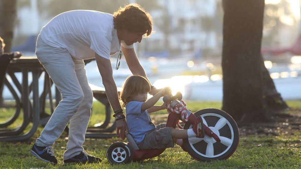 Colate enseñando a su hijo a montar en moto
