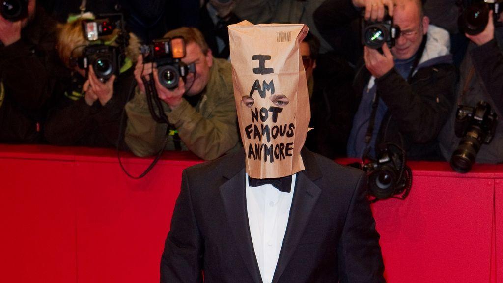"""Shia LaBeouf con una bolsa en la cabeza en la alfombra roja de La Berlinale: """"Ya no soy famoso"""""""