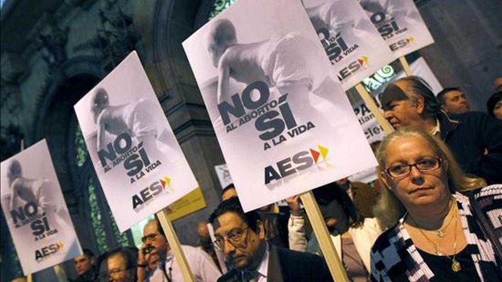 Vista de la concentración convocada por la organización Alternativa Española para protestar contra el aborto, frente al Ministerio de Igualdad. EFE/Archivo