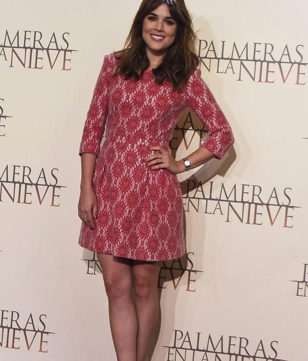 Adriana Ugarte presentando 'Palmeras en la nieve' con vestido rosa sesentero