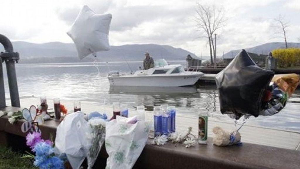 Flores en el río Hudson recuerdan a los fallecidos en la tragedia.