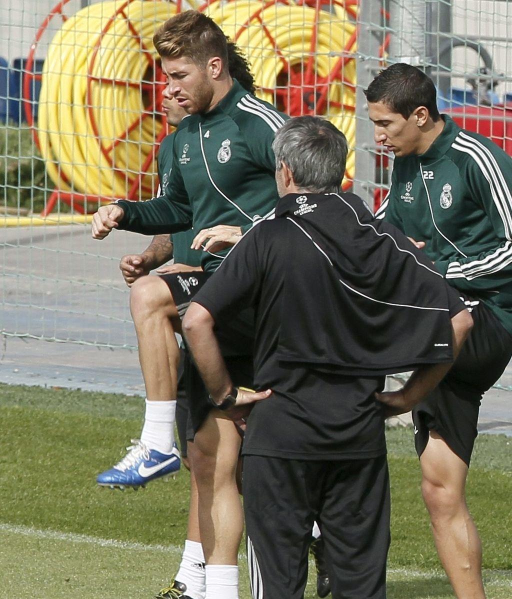 Los jugadores del Real Madrid, Sergio Ramos y el argentino Ángel di María junto a José Mourinho