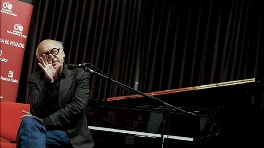 El pianista y compositor británico Michael Nyman ofrece una conferencia de prensa sobre el cierre de su gira española en A Coruña, donde se pondrá al frente de la Orquesta Sinfónica de Galicia para el Concierto de Reyes 2011, organizado por la Fundación Barrié. EFE