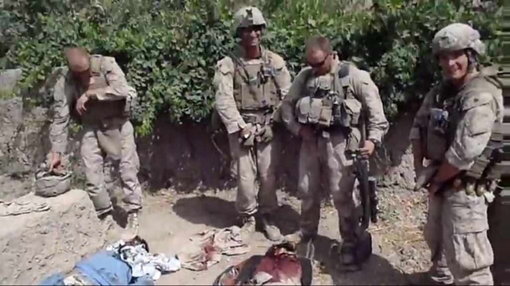 Marines orinando sobre talibanes