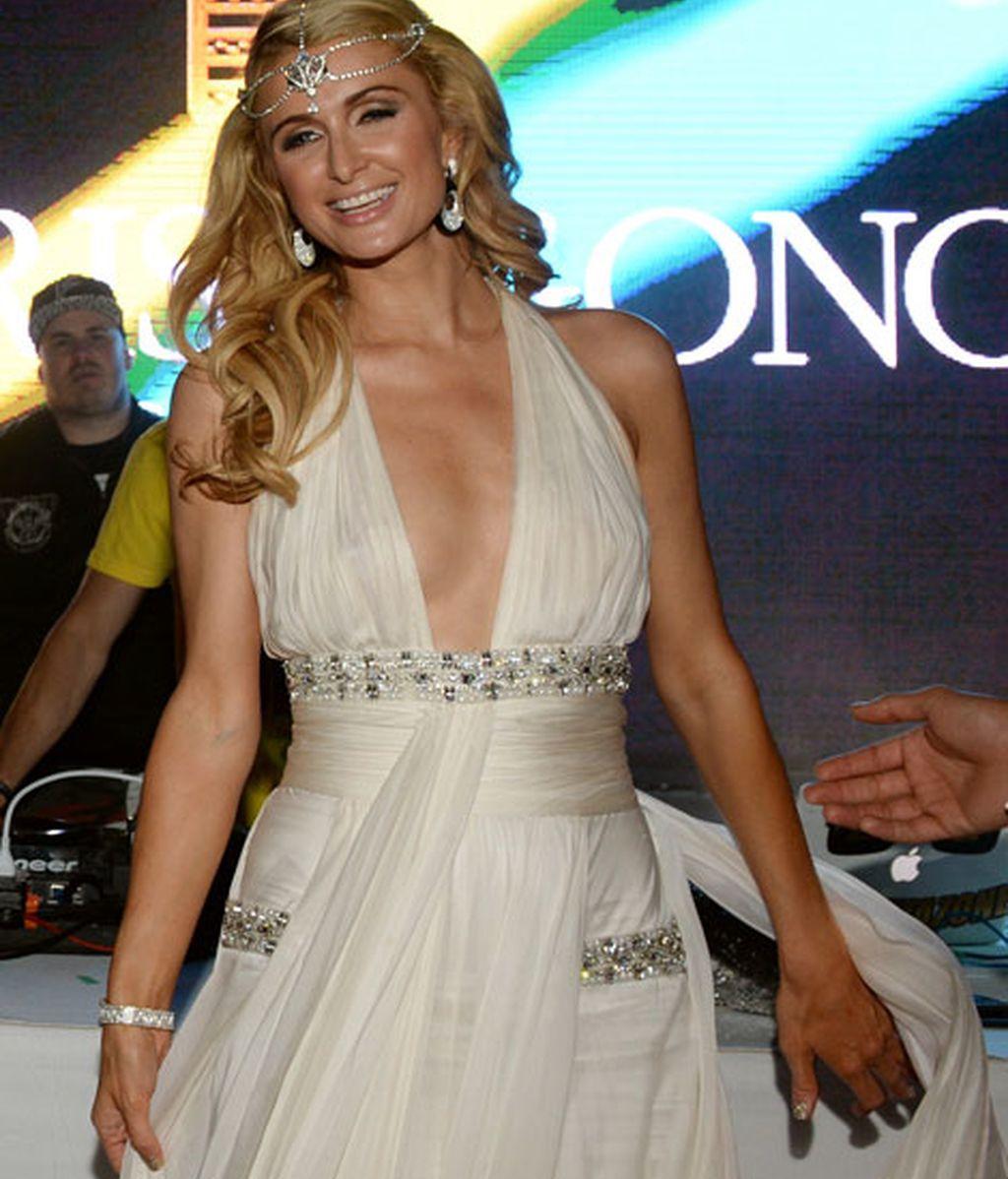 Paris Hilton, de blanco y con diadema de brillantes