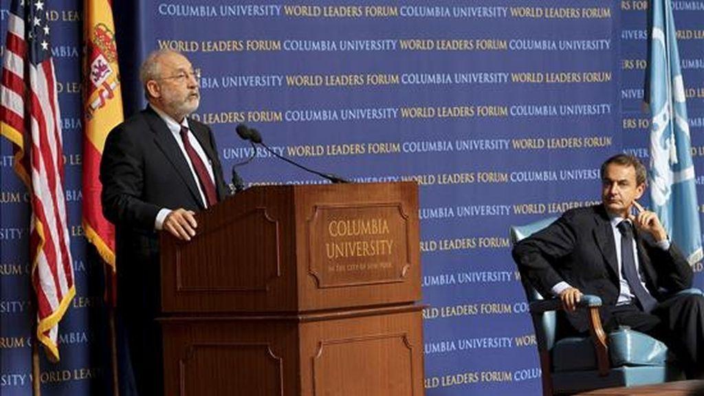 El presidente del Gobierno español, José Luis Rodríguez Zapatero (d), escucha la intervención del Premio Nobel de Economía Joseph Stiglitz (i), durante una conferencia en la Universidad de Columbia. EFE/Archivo