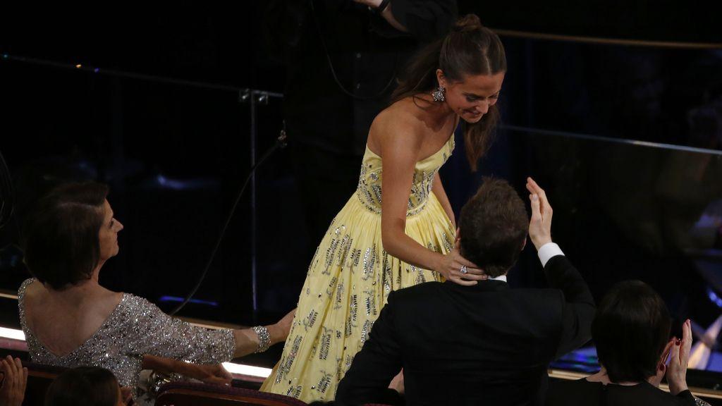Alicia Vikander y  Michael Fassber en los Óscar