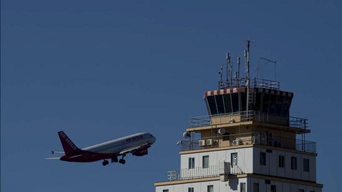 Un avión de Air Berlín despega hoy del aeropuerto Tenerife Norte tras la reanudación de las operaciones, una vez que los controladores aéreos se reincorporasen en la tarde de ayer sus puestos de trabajo. EFE