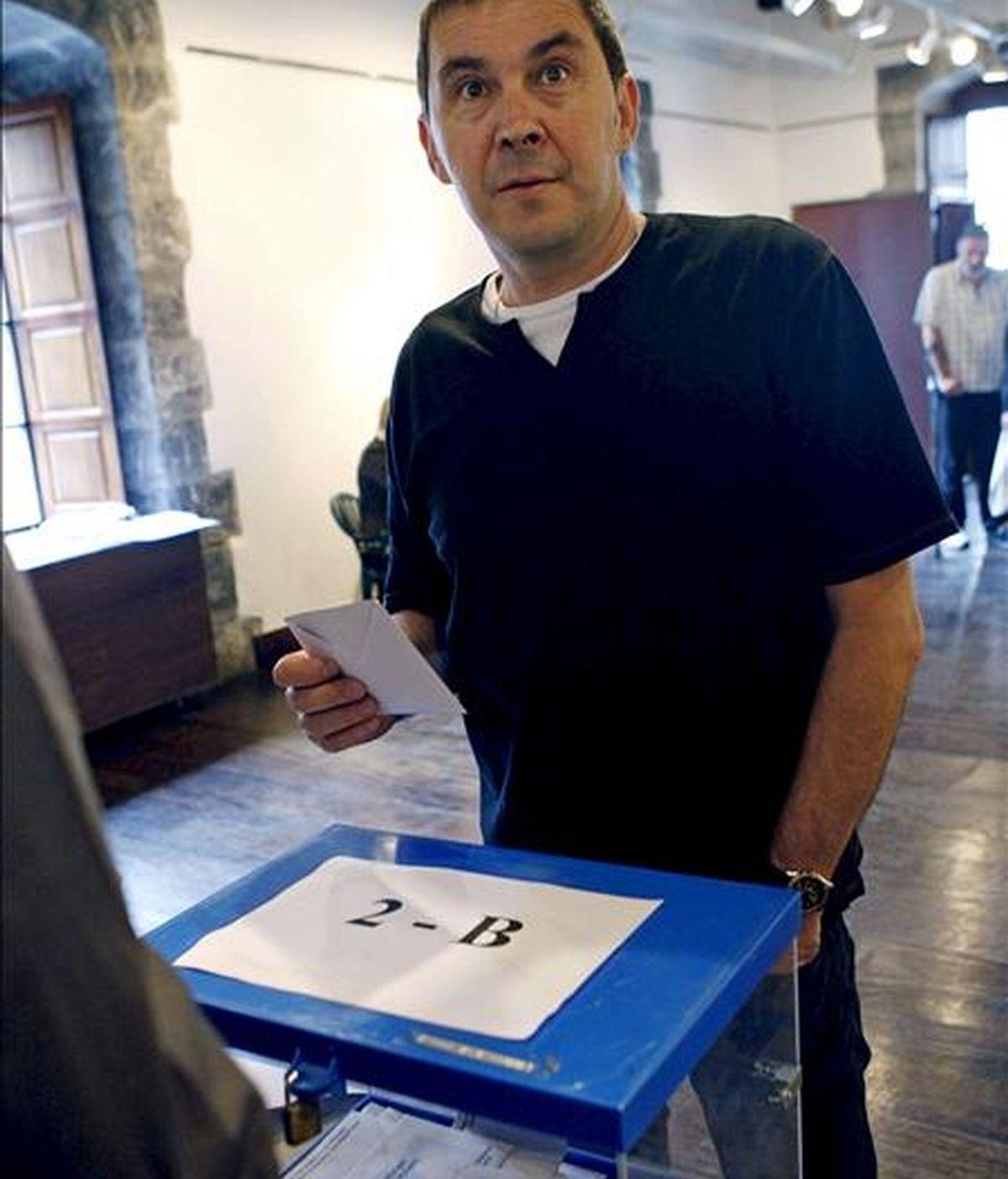 El ex portavoz de la ilegalizada Batasuna Arnaldo Otegi ejerce su derecho al voto en las elecciones al Parlamento Europeo, hoy en un colegio de la localidad guipuzcoana de Elgoibar. EFE