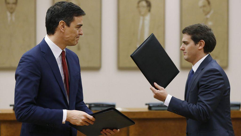 Sánchez y Rivera firman un acuerdo de investidura y legislatura