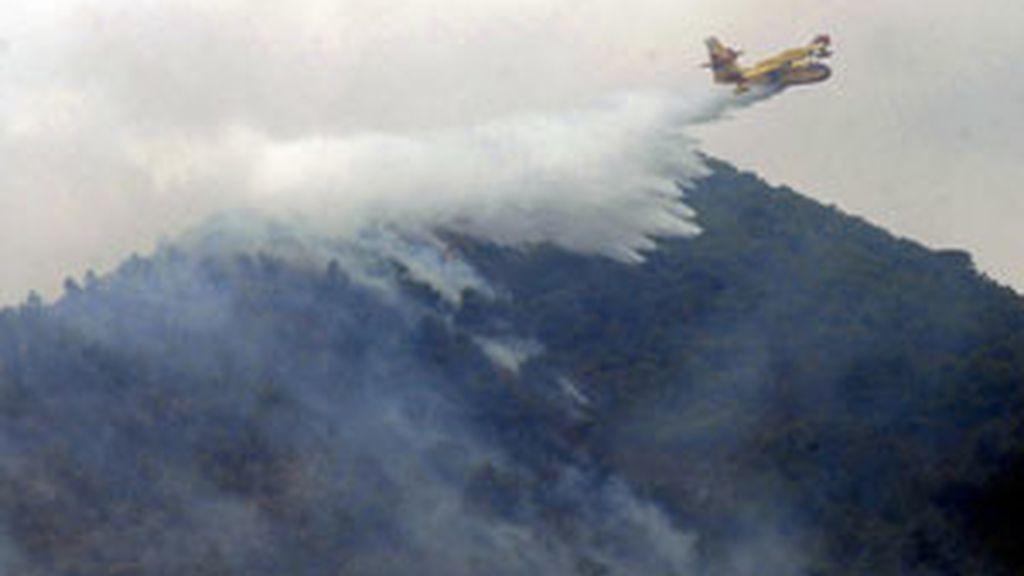 Un hidroavión durante las labores de extinción del incendio que fue declarado anoche en la sierra de Atamaría (Cartagena), que ha afectado a 500 hectáreas y ha provocado el desalojo de unos mil vecinos de Portmán FOTO: EFE