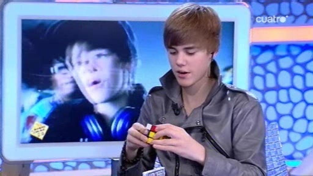 Justin Bieber resuelve un cubo de Rubik en directo