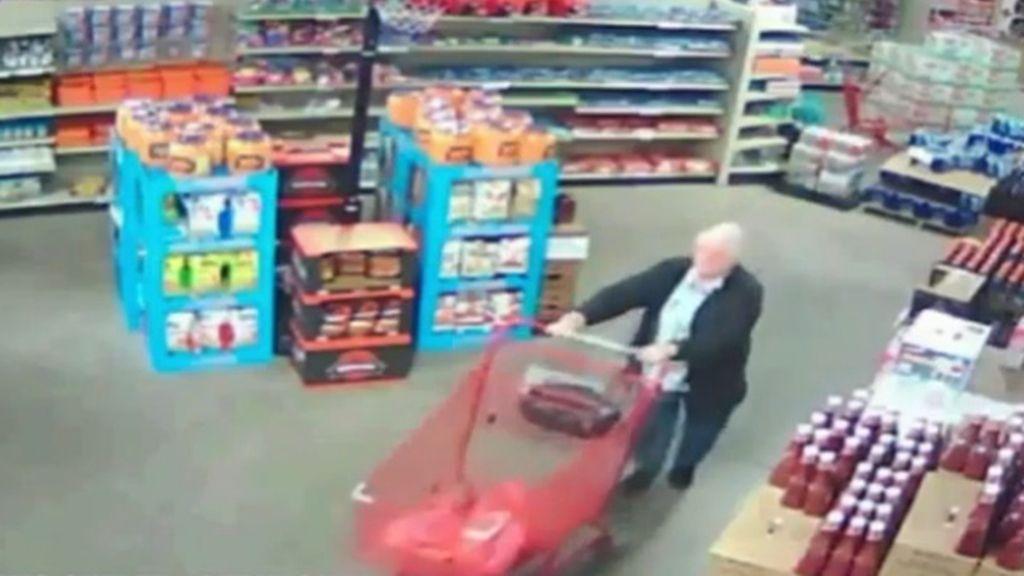 Imagen de una cámara de seguridad que capta a una monja robando