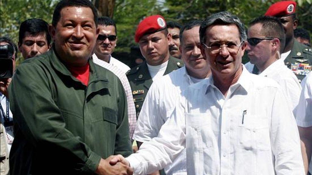 Uribe (d) viajará a la capital venezolana el martes próximo para un encuentro de continuidad a la primera reunión que mantuvo este año con Chávez (i), a quien recibió el pasado enero en Cartagena. EFE/Archivo